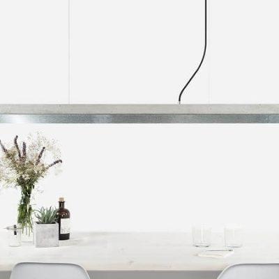GANT lights C1- De GANTlightsC1langwerpige hanglamp van lichtgrijs beton en zink. Beton is niet meer weg te denken uit het interieur. Beton werd eerder geassocieerd met kil en grauw, maar hier is zeker verandering in gekomen! De toepassing van beton komt steeds vaker voor in bijvoorbeeld aanrechtbladen en vloeren. Beton is stoer, stijlvol, gebruiksvriendelijk en bovendien mooi! Door de combinatie van het gegoten beton en het matte zink ontstaat een uniek en industrieel ontwerp.