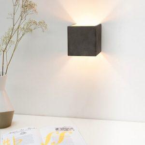 """GANT lights - GANTlights B3 wandlamp van beton - De B3 CUBIC wandlamp is gegoten van donkergrijs beton. De combinatie van ruw beton en een binnenzijde van """"zilver"""" leidt tot een tijdloos en elegant design. Het verguldsel aan de binnenzijde van de lamp is van hoge kwaliteit en geeft een aangenaam en warm licht."""