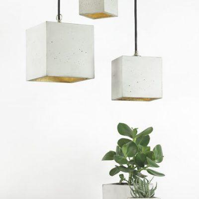 GANTlights B6 - GANT lights, vierkante hanglamp van beton. De B6 vierkante hanglamp van beton, is gegoten van lichtgrijs beton. De combinatie van ruw beton en een binnenzijde van goud, zilver of koper, leidt tot een tijdloos en elegant design. Het verguldsel aan de binnenzijde van de lamp is van hoge kwaliteit en geeft een aangenaam en warm licht.