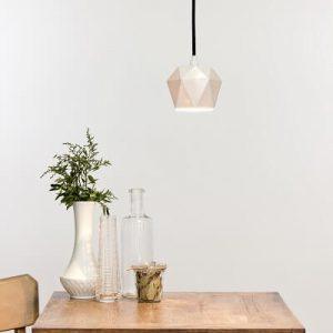GANT lights K1 - GANTlights K1 - hanglamp van wit porselein De K1 hanglamp is gegoten van wit porselein. De eenvoud van het ontwerpmaakt het tot een tijdloos en elegant design. De lamp is gegoten van hoogwaardig porselein, waardoor het warme licht door hetdoor de kap heen schijnt.