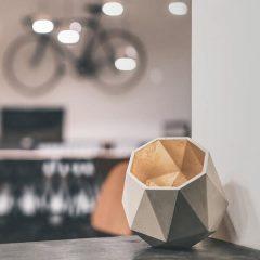 GANTlights T2 UP - GANT lights T2 UP vloerlamp van beton, lichtgrijs. De T2 UPvloerlamp van beton, is gegoten van lichtgrijs beton. De combinatie van ruw beton en een binnenzijde van goud, zilver of koper, leidt tot een tijdloos en elegant design. Het verguldsel aan de binnenzijde van de lamp is van hoge kwaliteit en geeft een aangenaam en warm licht.