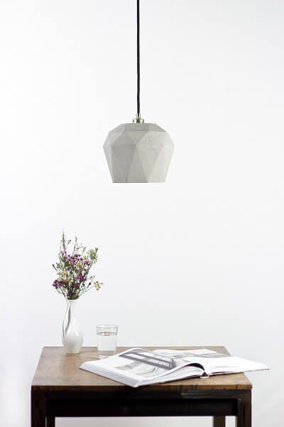 GANT lights T3 -GANTlights T3 Hanglamp van beton, lichtgrijs. De T3 hanglamp van beton is gegoten van lichtgrijs beton. De combinatie van ruw beton en een binnenzijde van goud, zilver of koper leidt tot een tijdloos en elegant design. Het verguldsel aan de binnenzijde van de lamp is van hoge kwaliteit en geeft een aangenaam en warm licht
