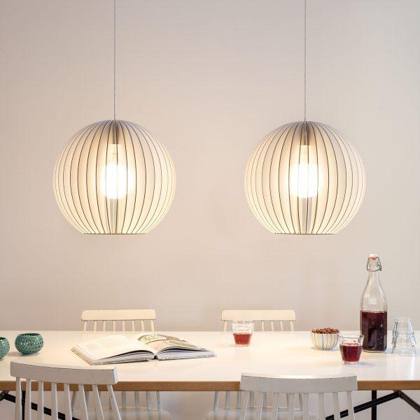 IUMI AION L - Hanglamp berkenfineer wit_zwart. Een hele leuke trendy hanglamp van IUMI, gemaakt van berkenfineer. De AION-XL hanglamp combineert volume met een verfijnde constructie en minimalistische vormgeving en creëert een gezellige sfeer. AION-XL kan prima gecombineerd worden met verschillende interieur stijlen. Zeer geschikt om als paar boven een eetkamertafel, dressoir of bureau te hangen, maar kan door zijn vorm ook prima individueel gebruikt worden boven bijv. een bijzettafel of salontafel. Een hele leuke trendy hanglamp van IUMI, gemaakt van berkenfineer. De AION-L hanglamp combineert volume met een verfijnde constructie en minimalistische vormgeving en creëert een gezellige sfeer. AION-L kan prima gecombineerd worden met verschillende interieur stijlen. Zeer geschikt om als paar boven een eetkamertafel, dressoir of bureau te hangen, maar kan door zijn vorm ook prima individueel gebruikt worden boven bijv. een bijzettafel of salontafel.