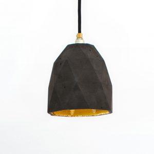 GANTlights T1- GANT lights T1 rechthoekige hanglamp van beton, donkergrijs De T1 hanglamp van beton, is gegoten van donkergrijs beton. Het verguldsel aan de binnenzijde van de lamp geeft een aangenaam en warm licht.