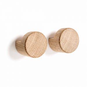 byWIRTH WOOD KNOT naturel eiken haakjes. De byWIRTH WOOD KNOT, zijn charmante eiken haakjes gemaakt van Scandinavisch naturel of donker eikenmet een eenvoudige, elegante stijl.
