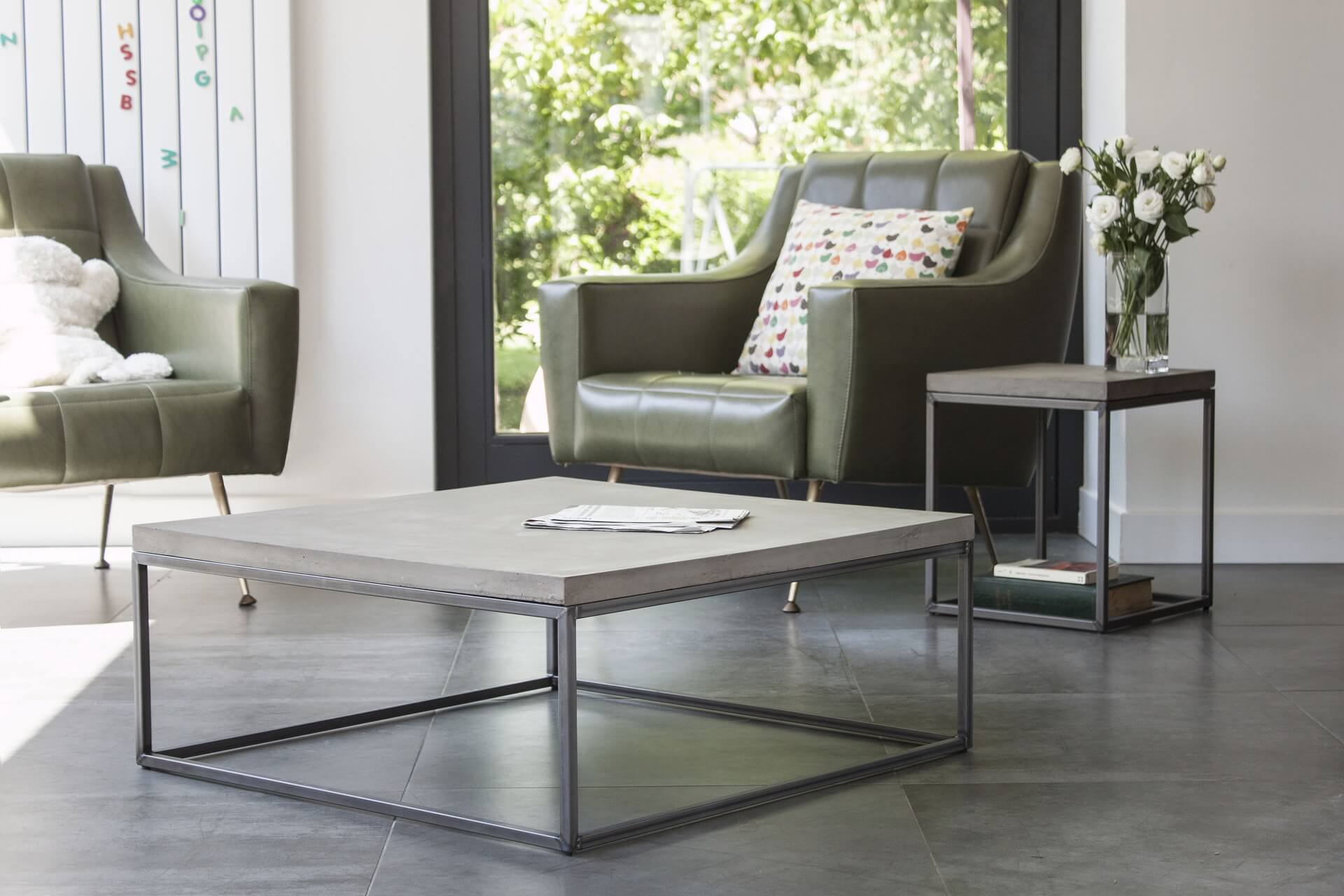 De PERSPECTIVE betonnen salontafel L, met zijn stijlvolle, slanke lijnen en geometrische vorm, is een perfecte keuze voor een moderne en minimalistische inrichting, maar kan ook prima met andere woonstijlen gemixt worden. Deze moderne salontafel met betonnen blad, gecombineerd met een stalen frame geeft het een tijdloos en industrieel design. De PERSPECTIVE-serie is een bewijs dat twee stoere materialen kunnen worden gecombineerd tot een elegant design, als het op de juiste manier wordt gedaan. De betonnen plaat worden gemaakt met een speciaal beton-recept, waarna een speciale olie- en waterafstotende finish wordt aangebracht.