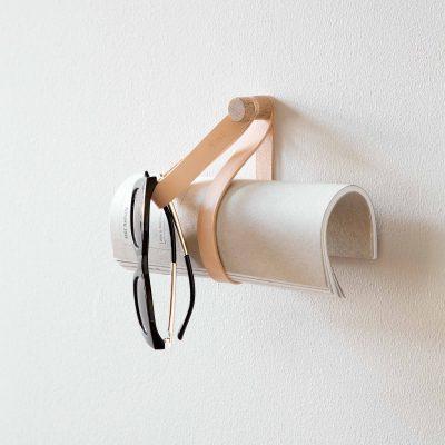 byWIRTH DOUBLE LOOP haken hangers Naturel Eiken. De byWIRTH DOUBLE LOOP is een wandhaak gemaakt van hoogwaardig leer en eikenhout. De DOUBLE LOOP wandhaak kan op uiteenlopende manieren gebruikt worden en in verschillende ruimtes in je huis opgehangen worden. Je zou er een aantal als kapstok kunnen gebruiken, in de keuken om handdoeken en theedoeken op te hangen of om bijvoorbeerld tijdschriften in op te bergen. Met de DOUBLE LOOP kun je je mooiste handdoeken ophangen als eyecatcher, maar ook kun je een vleugje spa-gevoel toevoegen aan je badkamer.