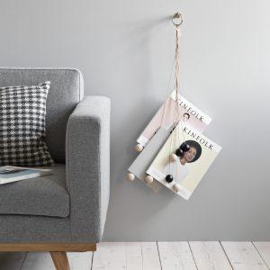 byWIRTH MAGAZINE HANG OUT Tijdschriften hanger, naturel. De byWIRTH MAGAZINE HANG OUT is een tijdschriften-hanger met een decoratieve vormgeving voor aan de muur. Een toonbeeld van puur Scandinavisch design.