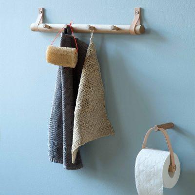 byWIRTH RACK Small - gerookt eiken. De byWIRTH RACK Small, is een elegante kapstok, waarbij het Nordic / Scandinavische design echt tot z'n recht komt. Je kunt RACK gebruiken om je jassen op te hangen in de hal, maar is ook een echte eyecatcher voor in bijv. je keuken, slaap- of badkamer. De kapstok zelf zit bevestigd aan de leren banden, om te voorkomen dat deze eruit glijdt onder het gewicht van jassen, handdoeken, etc. Kortom, een toonbeeld van Scandinavisch design van hoge kwaliteit, met een mooie en elegante uitstraling.