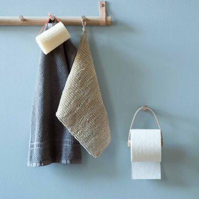byWIRTH ROLL Toiletrolhouder Naturel eiken en leer. De byWIRTH ROLL toiletrolhouder, gemaakt van Scandinavisch eikenhout in combinatie met een kwalitatief hoogwaardige leersoort. Deze zal in verloop van tijd een mooie patina krijgen en dus steeds mooier worden.