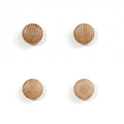 by WIRTH WALL WOOD magneten naturel eiken. De byWIRTH WALL WOOD magneten staan op het punt je beste vriend in huis te worden. Elke magneet wordt geleverd met een speciale spijker en plug. Monteer deze in je muur, en dan is het tijd om verschillende leuke ontwerpen te creëren met COOLe ansichtkaarten, tekeningen, posters of om notities op te hangen.