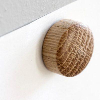 byWIRTH WALL WOOD magneten naturel eiken. De byWIRTH WALL WOOD magneten staan op het punt je beste vriend in huis te worden. Elke magneet wordt geleverd met een speciale spijker en plug. Monteer deze in je muur, en dan is het tijd om verschillende leuke ontwerpen te creëren met COOLe ansichtkaarten, tekeningen, posters of om notities op te hangen.