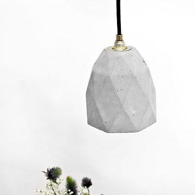 GANTlights T1- GANT lights T1 rechthoekige hanglamp van beton, lichtgrijs. De T1 hanglamp van beton, is gegoten van lichtgrijs beton. Het verguldsel aan de binnenzijde van de lamp geeft een aangenaam en warm licht.