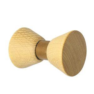 GEJST BOW TIE. De BOW TIE houten haakjes zijn geïnspireerd door de symmetrische vorm van een strikje/vlinderdas. Het verfijnde en eenvoudige ontwerp, uitgevoerd in hout en leer, combineert kwalitatief hoogwaardige materialen. De elegante BOW TIE haakjes zijn verkrijgbaar in 5 verschillende varianten.