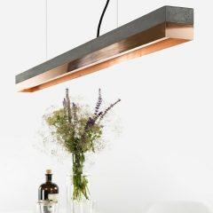 GANT lights C1- GANTlightsC1langwerpige hanglamp van donkergrijs beton en koper. Beton is niet meer weg te denken uit het interieur. Beton werd eerder geassocieerd met kil en grauw, maar hier is zeker verandering in gekomen! De toepassing van beton komt steeds vaker voor in bijvoorbeeld aanrechtbladen en vloeren. Beton is stoer, stijlvol, gebruiksvriendelijk en bovendien mooi! Door de combinatie van donkergrijs beton en koper ontstaat een elegantdesign.