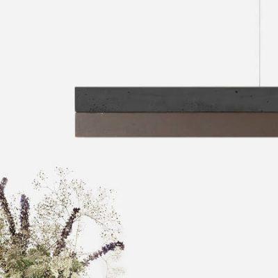 GANT lights C1 -De GANTlightsC1langwerpige hanglamp van donkergrijs beton en cortenstaal*. * Cortenstaal is een metaallegering, waarvan de bruine roestkleur een typische uiterlijke kenmerk vormt. Het bestaat uit ijzer waaraan koper, fosfor, silicium, nikkel en chroom zijn toegevoegd. De sterkte is vergelijkbaar met die van andere gelegeerde staalsoorten zoals RVS. Door de combinatie van donkergrijs beton en het roestkleurige cortenstaal ontstaat een elegant en uniek ontwerp. De kapvan de C1 kan te allen tijde vervangen worden door een nieuwe en/of andere (metaal-) soort.