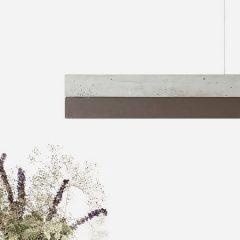 GANT lights C1 -De GANTlightsC1langwerpige hanglamp van beton en cortenstaal. Cortenstaal is een metaallegering, waarvan de bruine roestkleur een typische uiterlijke kenmerk vormt. Het bestaat uit ijzer waaraan koper, fosfor, silicium, nikkel en chroom zijn toegevoegd. De sterkte is vergelijkbaar met die van andere gelegeerde staalsoorten zoals RVS. Door de combinatie van beton en het roestkleurige cortenstaal ontstaat een elegant en uniek ontwerp. De kapvan de C1 kan te allen tijde vervangen worden door een nieuwe en/of andere (metaal-) soort.