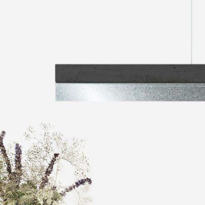 GANT lights C1- De GANTlightsC1langwerpige hanglamp van beton en zink. Beton is niet meer weg te denken uit het interieur. Beton werd eerder geassocieerd met kil en grauw, maar hier is zeker verandering in gekomen! De toepassing van beton komt steeds vaker voor in bijvoorbeeld aanrechtbladen en vloeren. Beton is stoer, stijlvol, gebruiksvriendelijk en bovendien mooi! Door de combinatie van het gegoten beton en het matte zink ontstaat een uniek en industrieel ontwerp.