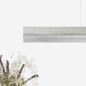 GANT lights C1 - De GANTlightsC1langwerpige hanglamp van beton en roestvaststaal (rvs). Door de combinatie van het gegoten beton en het reflecterende rvs ontstaat een uniek en industrieel ontwerp.