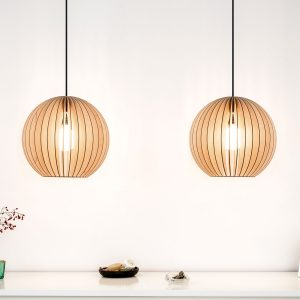 IUMI AION - Hanglamp hout, berkenfineer naturel_zwart. Een hele leuke trendy hanglamp van IUMI, gemaakt van berkenfineer. De AION hanglamp combineert volume met een verfijnde constructie en minimalistische vormgeving en creëert een gezellige sfeer. AION kan prima gecombineerd worden met verschillende interieur stijlen. Zeer geschikt om als paar boven een eetkamertafel, dressoir of bureau te hangen, maar kan door zijn vorm ook prima individueel gebruikt worden boven bijv. een bijzettafel of salontafel.