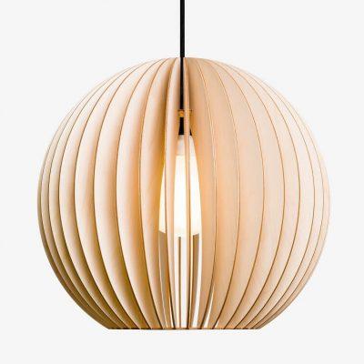 IUMI AION L - Hanglamp hout, berkenfineer naturel_zwart. Een hele leuke trendy hanglamp van IUMI, gemaakt van berkenfineer. De AION-L hanglamp combineert volume met een verfijnde constructie en minimalistische vormgeving en creëert een gezellige sfeer. AION-L kan prima gecombineerd worden met verschillende interieur stijlen. Zeer geschikt om als paar boven een eetkamertafel, dressoir of bureau te hangen, maar kan door zijn vorm ook prima individueel gebruikt worden boven bijv. een bijzettafel of salontafel.