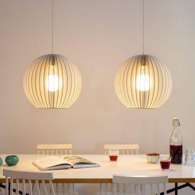 IUMI AION L - Hanglamp hout, berkenfineer wit_zwart. Een hele leuke trendy hanglamp van IUMI, gemaakt van berkenfineer. De AION-L hanglamp combineert volume met een verfijnde constructie en minimalistische vormgeving en creëert een gezellige sfeer. AION-L kan prima gecombineerd worden met verschillende interieur stijlen. Zeer geschikt om als paar boven een eetkamertafel, dressoir of bureau te hangen, maar kan door zijn vorm ook prima individueel gebruikt worden boven bijv. een bijzettafel of salontafel.