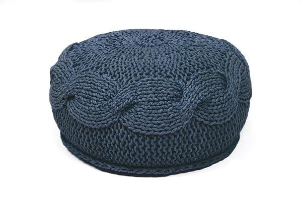 SanFates SOL - gehaakte ronde poef medium Ø45x20cm Jeans blauw. De gehaakte ronde poef SOL, is leuk voor in de woonkamer, slaapkamer, kinderkamer en is verkrijgbaar in 16 kleuren. Deze poef heeft een zeer mooie en iets ruwe textuur, een vrolijke uitstraling en is erg aangenaam om op te zitten.