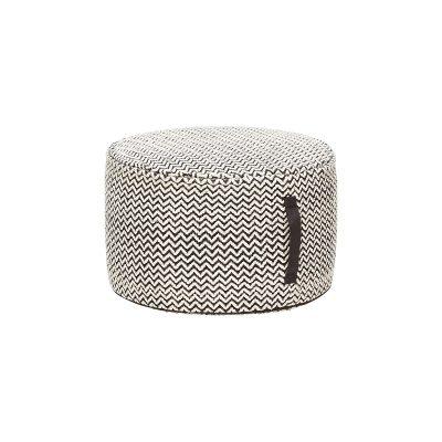 HUBSCH INTERIOR - POEF grijs-wit van geweven katoen, oversized Ø50x30cm. Deze mooiepoefkomt uit de Tendencies-collectie van Hubsch Interior, heeft een mooie weefpatroon van zwart-wit katoen en een zwart lederen handvat. Met een afmeting van 50x50 cm is hij lekker groot en kan ook prima gebruikt worden als bijzettafel.