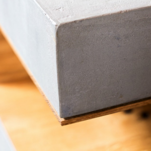 BETONEN ANGULUS - bijzettafel beton en eiken
