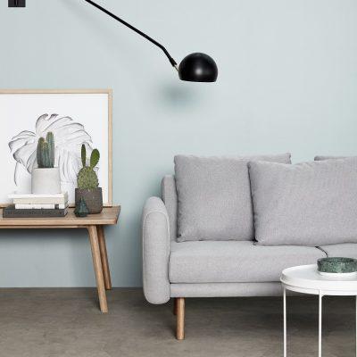 Deze lichtgrijze 2-zitsbank met drie kussens,van Hubsch Interior, is een toonbeeld van Scandinavisch design en van hoge kwaliteit.