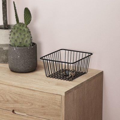 HUBSCH INTERIOR dressoir naturel eiken (880309). Elegant dressoir / kastje van Hübsch Interior, gemaakt van massief eiken, met een eenvoudige vormgeving dat doet denken aan de jaren 50. Kenmerkend aan dit Scandinavische design zijn het naturel eiken, de strakke lijnen en slanke poten. Een luxe Scandinavische uitstraling voor een betaalbare prijs. Uitstekend te combineren met verschillende woonstijlen en toe passen in iedere woonruimte. Afmeting: 100 x 40 x h70 cm Materiaal: massief eiken Kleur: naturel
