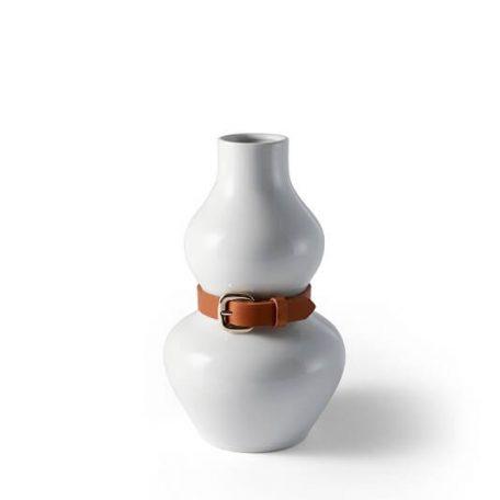 DESIGN HOUSE STOCKHOLM - ALBA vaas, bloemvaas met leren riem, wit. De ALBA vaas heeft vaag iets weg van een menselijke vorm, met zijn taille vastgebonden door een leren riem. Een detail dat iets persoonlijks en unieks geeft aan een alledaags voorwerp. De grens tussen een kunstobject en woonaccessoire is niet altijd duidelijk in de producten van ontwerpster Anna Kraitz.