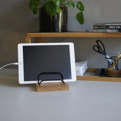 dot AARHUS - BRASS-DOCK - iPad houder dock - Tablet en telefoon houder - Eiken en Zwart messing
