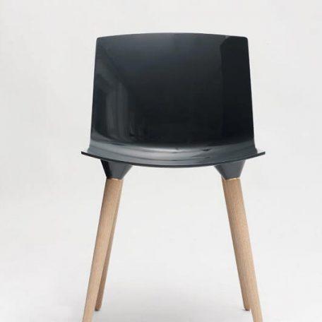 ANDERSEN Furniture - TAC Kunststof kuipstoel met houten poten COAL