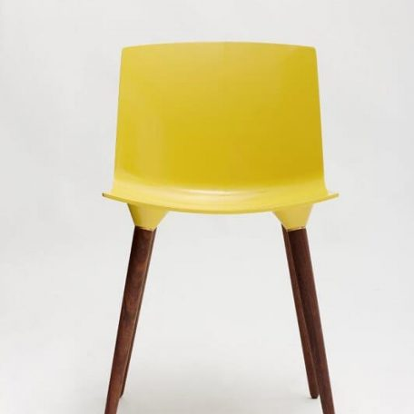 ANDERSEN Furniture - TAC Kunststof kuipstoel met houten poten WALNOOT_CITROEN
