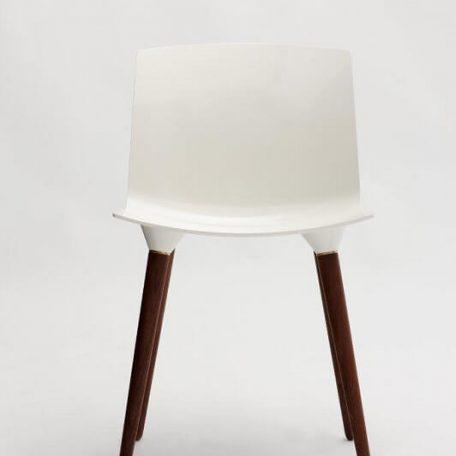 ANDERSEN Furniture - TAC Kunststof kuipstoel met houten poten WALNOOT_SNOW