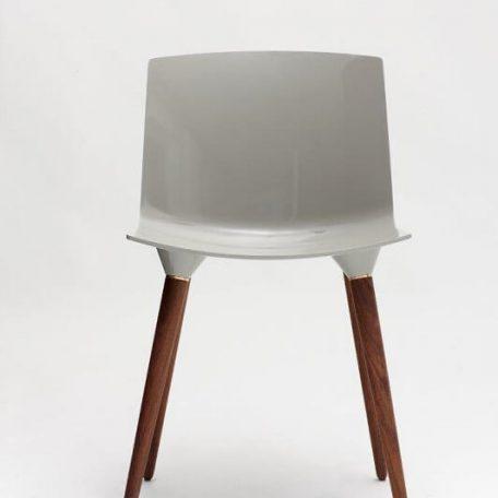ANDERSEN Furniture - TAC Kunststof kuipstoel met houten poten WALNOOT_STONE
