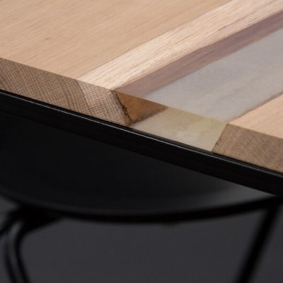 MAZANLI - OIA HIGH - Minimalistische tafel van zwart staal, blad van eiken en epoxy