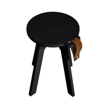 zwart houten krukje