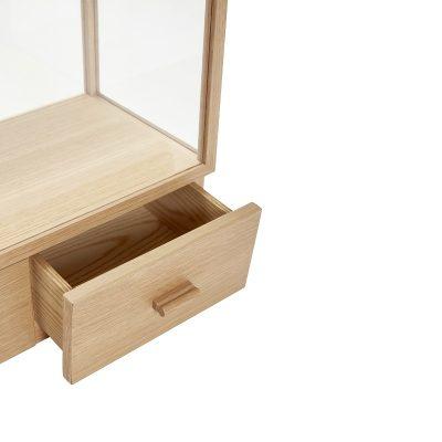 HUBSCH INTERIOR – FSC® eiken tafelmodel vitrinekastje met twee lades - 881312