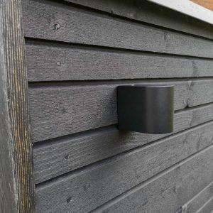 DYBERG LARSEN - LÆSØ OUTDOOR zwarte wandlamp van metaal - 5704709010005