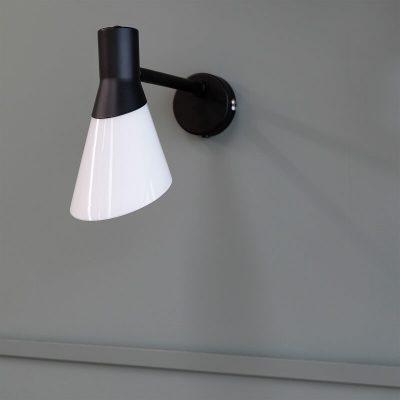 DYBERG LARSEN - GENT Wandlamp matzwart en melkglas - 8182